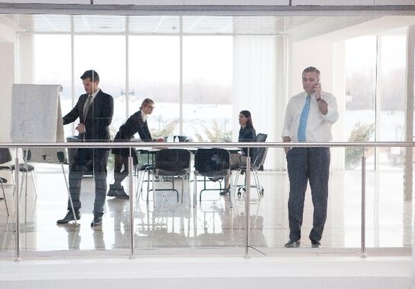 シーンと静かor少しざわざわ……どっちの職場のほうが集中できる? 社会人の7割は