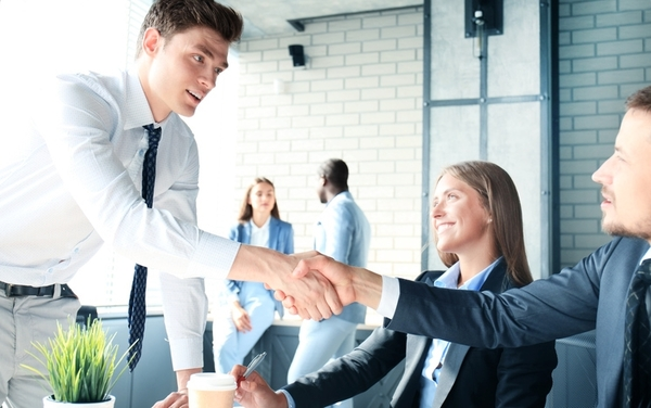 社会人の人間関係の実態は? 自分の職場を「仲がいい」と感じている人は約5割