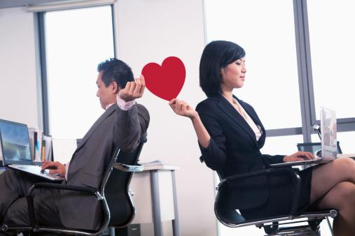 気まずすぎる……社内恋愛がもめて職場環境が悪くなった経験がある社会人は〇選