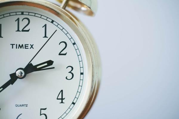 毎朝、目覚ましは何回スヌーズをかける? 27%の社会人が2回以上