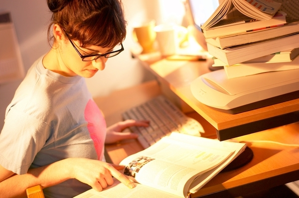 「YouTube」「エナジードリンク」「ラジオ」大学生に聞いた、あるとはかどる徹夜学習の友は?