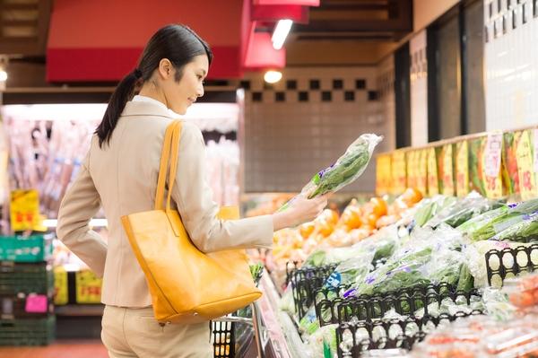 「お得」なスーパーと「便利」なコンビニ、社会人が多く利用しているのはどっち?