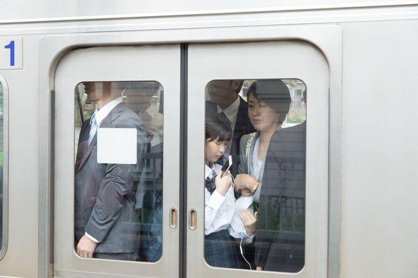 「カップ麺をすする女子」「素振りをする野球部(?)」ここは日本? 電車で見た信じられない光景