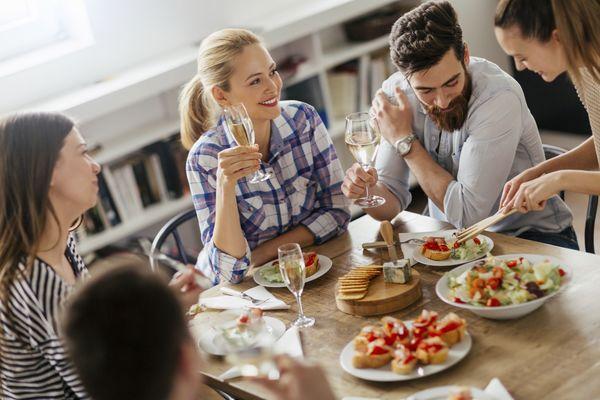 社会人に聞いた、外飲みより「宅飲み」が好きな理由「安上がり」「気楽」「自由」