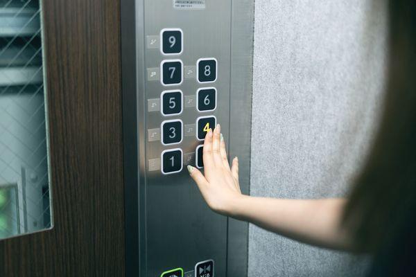 エレベーターの乗り降りのマナー 意外と忘れがちなポイントとは