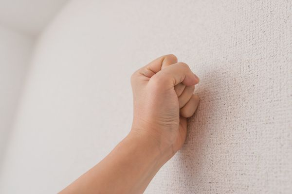 恋愛のやつじゃなくて......壁をドンっと叩かれる「元祖壁ドン」された経験