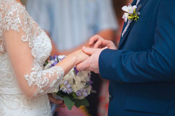 社会人に聞いた、恋人との結婚を決断するのに一番大切な条件「経済力」「笑いのツボ」「家族との相性」
