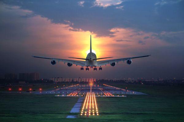 生きた心地がしない? 飛行機の旅で体験した仰天ハプニング「扉が半開き」「中国なら7時間遅れは常識」