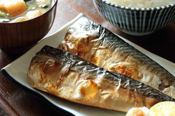 「育ちがいい」と感じる人の特徴5選「ナチュラルに敬語を使い分け」「魚の食べ方がきれい」
