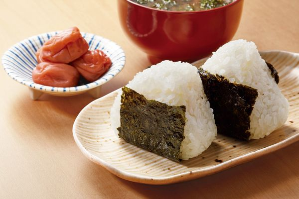 海外旅行から帰ってきて食べたくなるものは? 「ふっくらご飯」「うどんのダシの味が一番落ち着く」