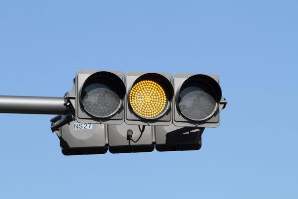 危険! 渡る手前で信号が黄色、そんなとき踏むのは......約4割が「アクセル」→「止まると逆に危ない」「いける!」