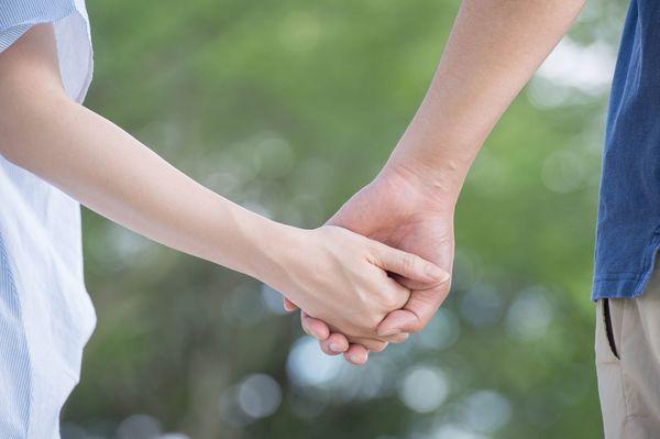 どこまでセーフ? 公共の場でイチャつくカップル、許容範囲は「見つめ合うだけなら」「海外ならキスは普通」