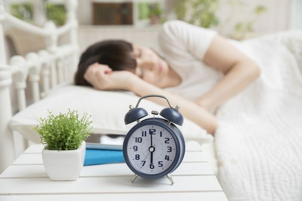 朝が早い社会人に聞いた、毎日きちんと目覚めるための工夫「カーテンを開けて寝る」「アラームを好きな曲に」