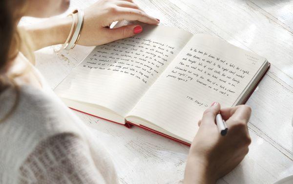 「自分が主人公の恋愛小説」「元カレとの交換日記」忘れたころに発掘した黒歴史の産物