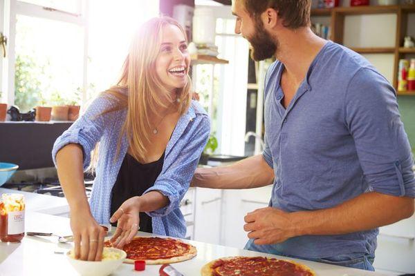 家事で夫の協力に満足していない女性は半数以上! 「何もしないのに『飯なに?』」「料理するだけで散らかし放題」