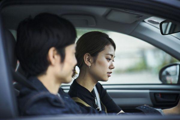 ドライブで彼女が助手席で爆睡。男性「OK」77.5%、女性「気を遣う」47.9%