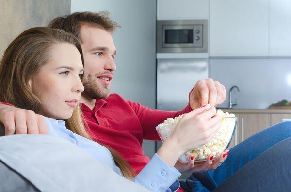 「ドキドキして盛り上がる」「目のやり場に困る」恋愛ドラマにラブシーンは必要? 要らない?