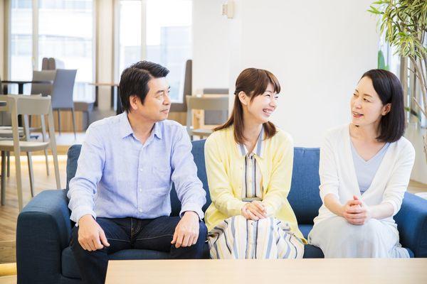 「沖縄旅行中の母を追いかけプロポーズ」「社長令嬢と従業員の駆け落ち」。両親のなれそめエピソード