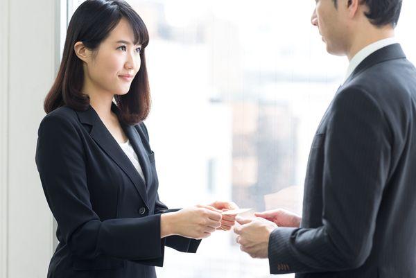 新人のころに戸惑った、ビジネスマナーと職場のルール「上座・下座のルール」「午後でも『おはようございます』」