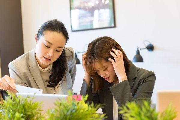 後輩社員の非常識な言動、先輩の約4割が「わざと」と認識!「先輩女子社員にお酌を要求」