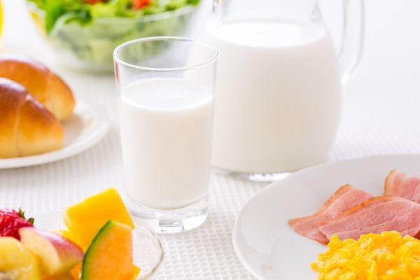 期限切れ牛乳を飲んだことがある人は4割強。おなかを壊さなかった?