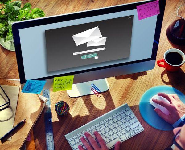 「ご送付」の意味と使い方とは? ビジネスシーンでの「郵送」「送信」「添付」との使い分けを解説!