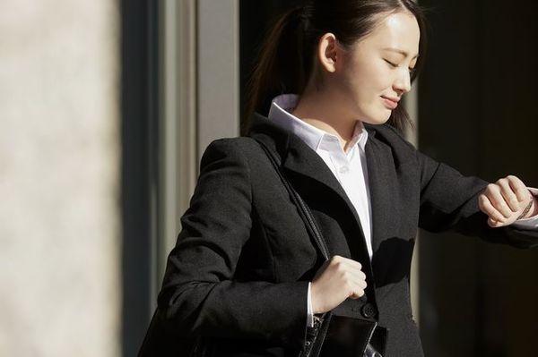 就活の面接で腕時計をすべき理由とは? 好印象を与える選び方のコツも