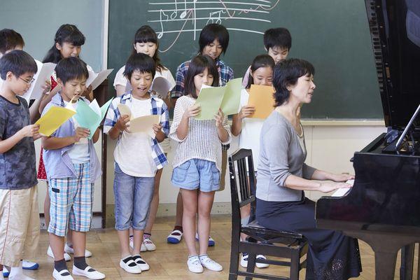 「茶つみ」「スキーの歌」。みんな覚えてる? 小学校のときに習う全国共通の音楽
