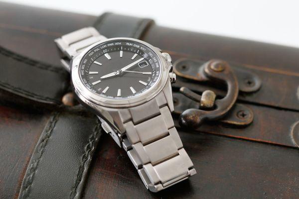 仕事に腕時計は着けて行ったほうがいい。社会人なら着けるのが常識!?