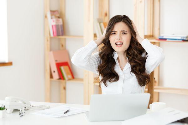 「書類をとめる位置がヘン」、「頭をかいて頭皮の匂いをかぐ人」オフィスで毎日ちょっとイラっとする出来事、人って!?