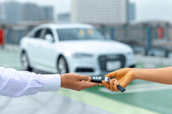 家族や友達など他人名義の車を運転する際の自動車保険加入について解説